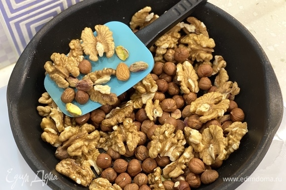 Орехи подсушить на сковороде в течение 8–10 минут.