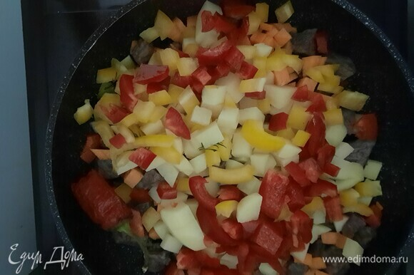 Через 30–40 минут добавляем картофель, морковь, сладкий и острый перцы.