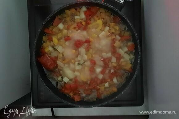 Добавляем кипяток, соль и черный перец. Тушим 20–25 минут.