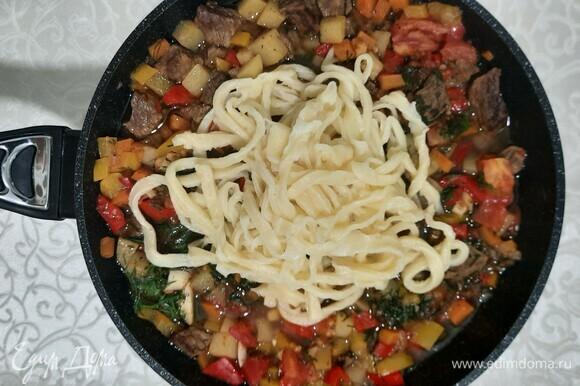 Выкладываем лапшу сверху на наши овощи с мясом. Можно сразу разложить по тарелкам. Приятного всем аппетита!