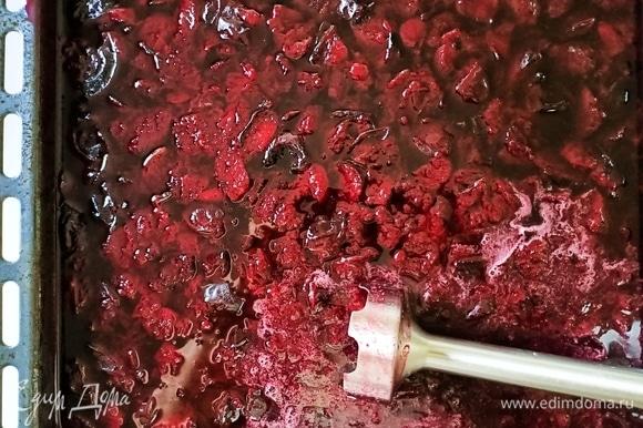 Через 90 минут наше сливовое варенье готово. Оно получается жидким с кусочками фруктов, если нравится, то можно оставить так. Я же измельчаю его блендером до гладкой однородной массы.