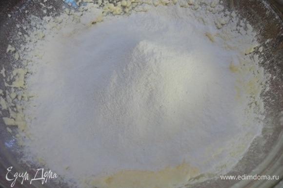 Мягкое сливочное масло взбейте с сахаром в светлую пышную массу. По одному введите яйца, продолжая взбивать. Просейте муку с солью и разрыхлителем в чашу с маслом и яйцами. Перемешайте. Частями влейте молоко, всякий раз тщательно перемешивая, чтобы получилось гладкое жидкое тесто.