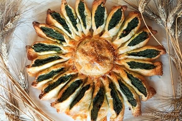 Разогреваем духовку до 200°C и выпекаем пирог в течение 20–25 минут. Приятного аппетита!