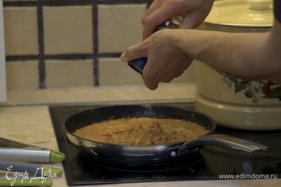 Добавить соль и перец по вкусу, а затем вустерский соус.
