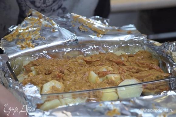 Спустя 40 минут достать форму, сделать надрез в фольге, разложить по тарелкам, украсить свежей зеленью, блюдо готово! Приятного аппетита!