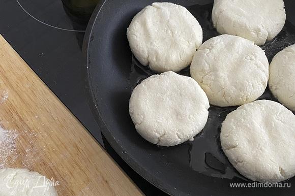 Разогреть сковороду с растительным маслом. Выложить сырники и обжарить их по 3–4 минуты с каждой стороны.