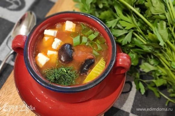 Подавать фасолевый суп рекомендую с кубиками феты или кусочками запеченного или отварного мяса и в любом случае со свежей зеленью.