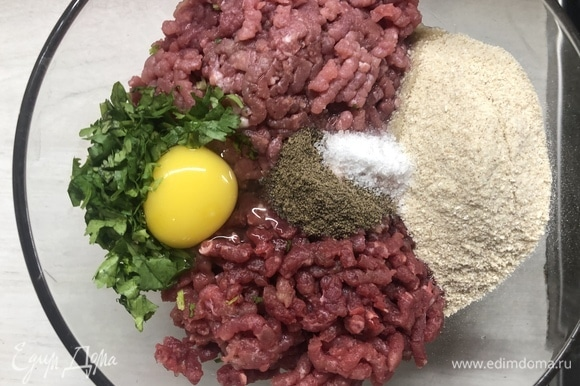 Смешайте свиной и говяжий фарш с панировочными сухарями, нарезанной кинзой (1/2 пучка), яйцом, солью и перцем.
