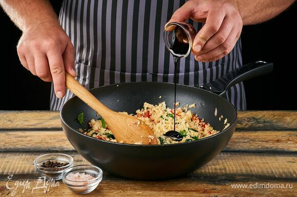 Овощи с кускусом посолите, поперчите, добавьте бальзамический соус и перемешайте.