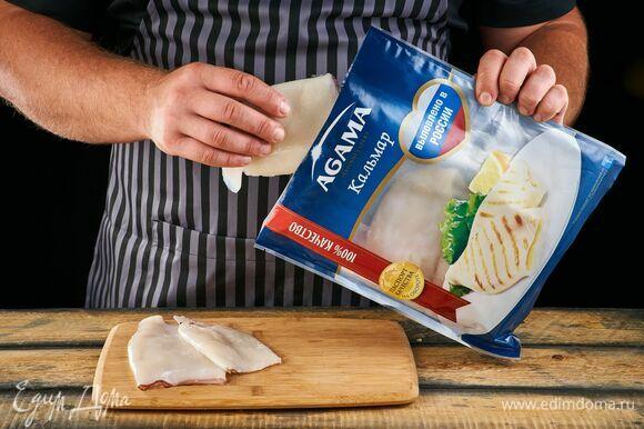 Разморозьте филе кальмара AGAMA. Не забудьте удалить хитиновые платины.