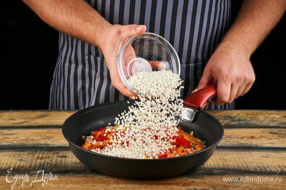 Добавьте рис к овощам.