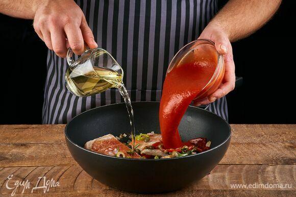 Влейте вино и перетертые томаты. Дайте алкоголю немного выпариться. Накройте сковороду крышкой и тушите около 5 минут до готовности рыбы.