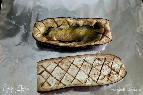Пока мы готовили начинку, баклажаны обмякли. Мы легко сможем снять ложкой нарезанную квадратиками середину — получается лодочка.