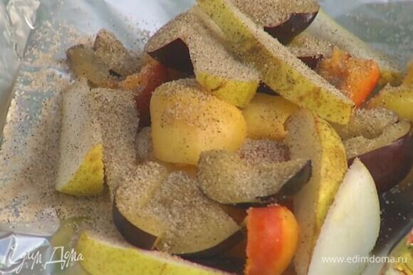 Нарезанные фрукты выложить на двойной слой фольги, посыпать ванильным сахаром и скрепить края, так чтобы получился закрытый карман.