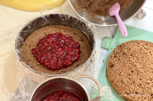 Соберем торт. Форму выстелить пищевой пленкой. На дно выложить 1 корж, по центру — половину брусничной начинки.