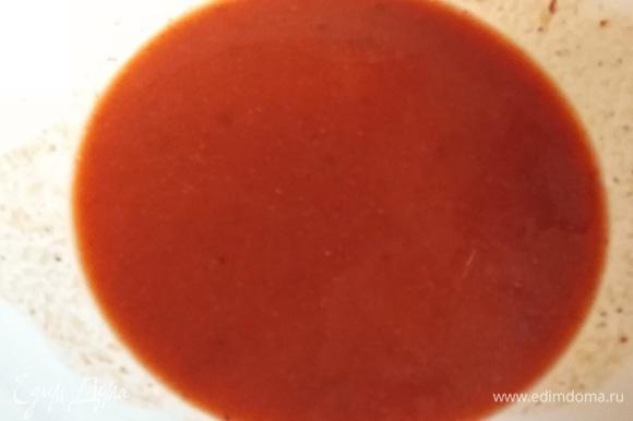 Готовим соус. Томатную пасту разводим с водой. Добавляем готовую грузинскую аджику или острый перец. Солим и всыпаем чайную ложку сахара.
