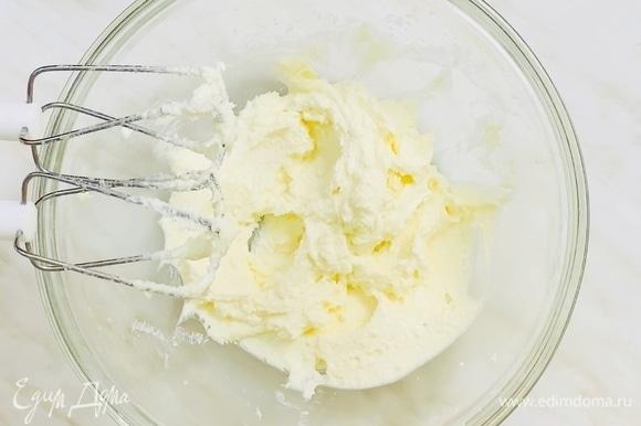 В чаше миксера смешиваем сахар, соль, мягкое сливочное масло, ванилин и взбиваем на высокой скорости минуты 4. Масло должно побелеть, а масса — стать пышной.