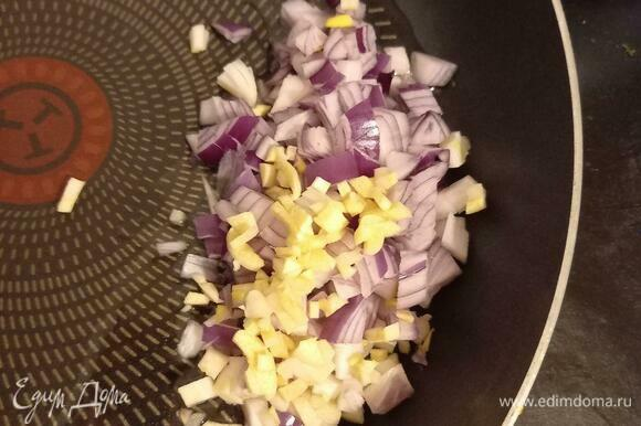 Мелко режем лук и чеснок. На сковороду наливаем подсолнечное масло, выкладываем лук и чеснок, обжариваем на сильном огне пару минут, не закрывая крышкой.