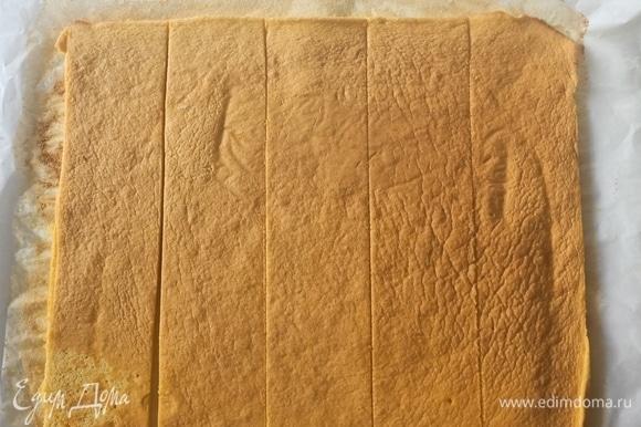 Готовый бисквит нарезать полосками шириной 5–7 см.