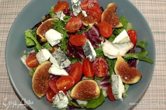 На салат произвольно выкладываем сыр, помидоры и инжир.