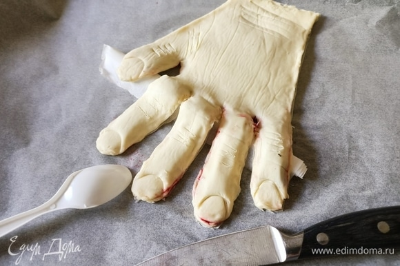 Очень аккуратно уложить сверху вторую часть «руки», закрепить края. Пластиковую ложку приложить к краю «пальцев» и немного надавить, так вырисовывается форма ногтя. Ножом сделать небольшие надрезы на «пальцах» и «запястье».