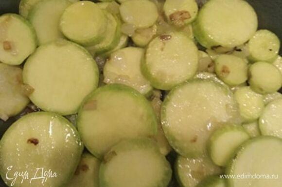 Выкладываем в сковороду кабачки и жарим 7–10 минут, постоянно помешивая. В конце приготовления солим и добавляем травы. У меня итальянские. Можно добавить свежий базилик или укроп.