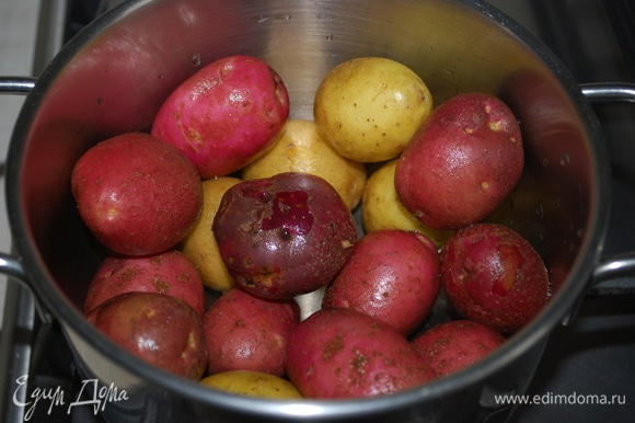Молодой мелкий картофель отварить в мундире.