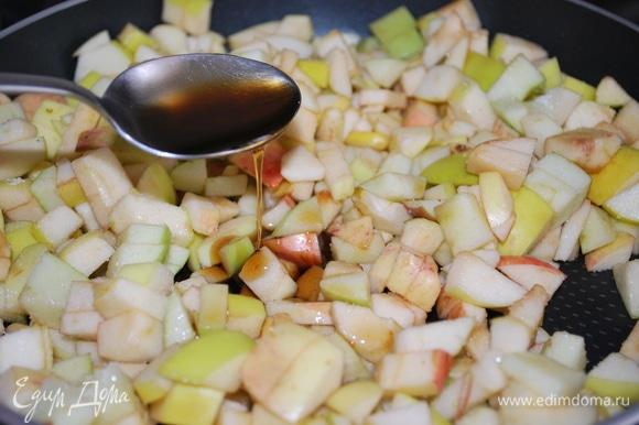 Яблоки почистила от сердцевины и нарезала на мелкие кубики. Добавила кленовый сироп и прогрела все вместе 3–4 минуты на среднем огне.