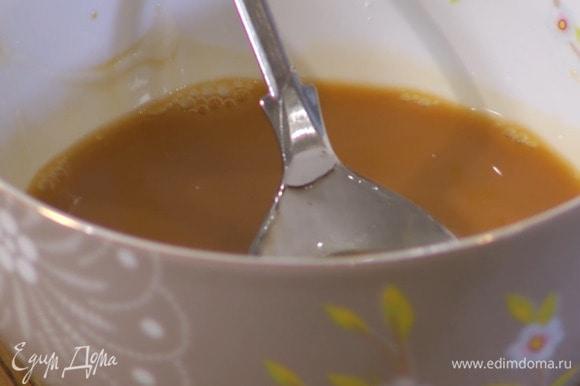 Приготовить соус терияки: соевый соус и ананасовый сок соединить с крахмалом и все перемешать, затем влить 1 ст. ложку воды, мед, рисовое вино и еще немного перемешать.
