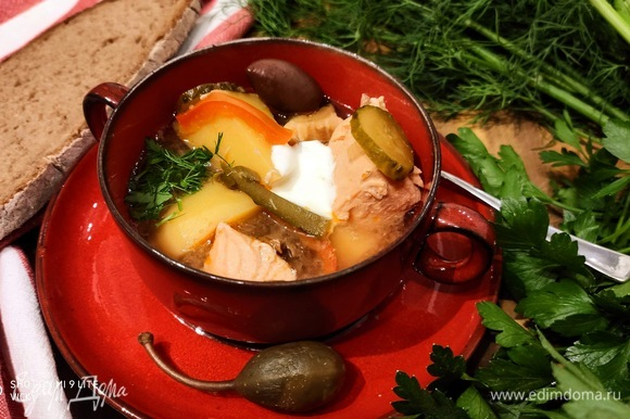 Такой суп становится еще вкуснее, если дать ему настояться. Подавать по желанию со сметанкой, ломтиком лимона (я забыла) и свежей зеленью.