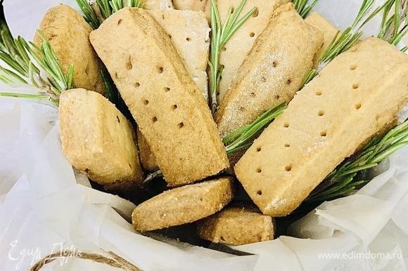 Хранить печенье следует в герметичном контейнере не дольше 5 дней. Также их можно заморозить, обернув в пищевую пленку, а перед подачей разморозить при комнатной температуре.