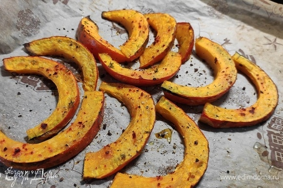 Разогрейте духовку до 200°C, режим «верх/низ». Тыкву сорта хоккаидо используют с кожицей. Разрежьте ее пополам, удалите сердцевину, затем нарежьте дольками толщиной ~ 1,5 см. Выложите тыкву на противень, смажьте чесночной кашицей, сбрызните оливковым маслом, посыпьте листиками тимьяна, перцем, солью и хлопьями красной паприки. Запекайте тыкву около 20–30 минут, пока она не станет мягкой и не потемнеет по краям.