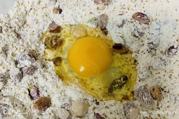 Делаем углубление посередине и вливаем туда яйцо. Для удобства яйцо перед этим можно взбить. Перемешиваем ложкой, затем руками замешиваем мягкое тесто. Если оно будет сильно липнуть к рукам, можно добавить немного муки, но не переборщите, чтобы тесто не получилось тугим.