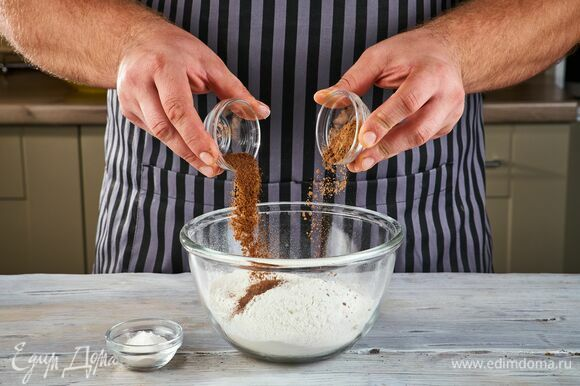 Просейте в миску муку, добавьте корицу, мускатный орех и разрыхлитель. Все тщательно перемешайте.
