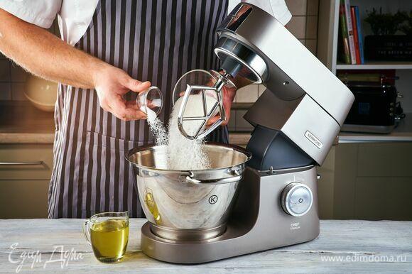 В чаше кухонной машины Kenwood смешайте сахар, ванильный сахар и растительное масло.