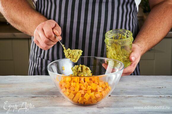 Соедините овощи и половину ароматного масла.