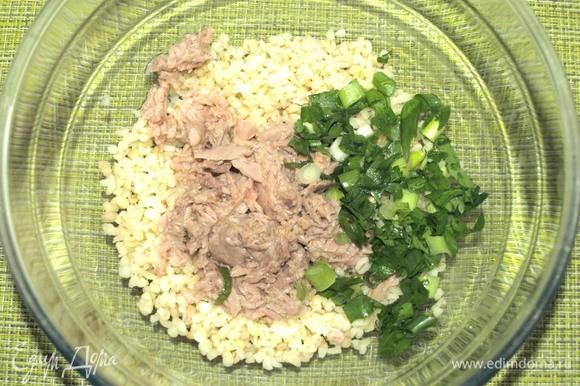 Булгур приготовить заранее. В ингредиентах указан вес готового булгура. Зелень (петрушку и зеленый лук) порубить. С тунца слить жидкость. Все ингредиенты соединяем в миске и перемешиваем.