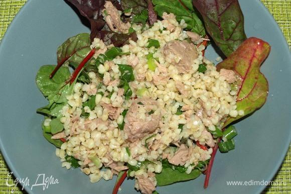 Листья салата промыть, дать стечь воде. Выкладываем в тарелку. Сверху выкладываем булгур с тунцом.