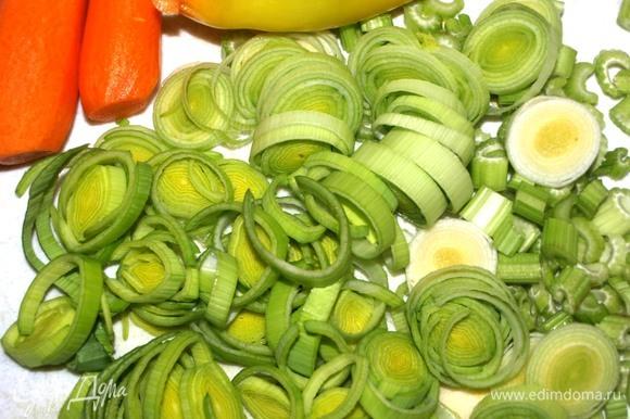Маш промыть, залить 1,5 л воды и варить до готовности. Маш готовится 40–50 минут. Пока он варится, можно приготовить овощи. Лук-порей, сельдерей и чеснок порубить. Морковь очистить. Болгарский перец очистить от плодоножки, семян и перегородок. Зелень порубить.