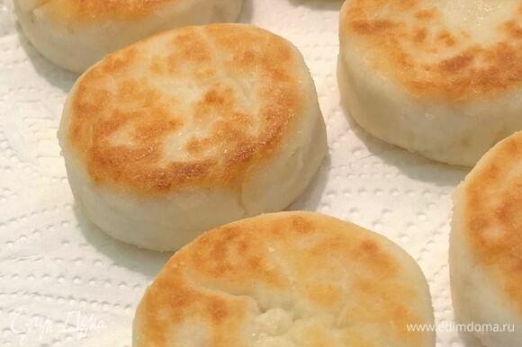 Сырники выложите на салфетку, чтобы впиталось лишнее масло. Подавайте со сметаной, сгущенным молоком, джемом. Приятного аппетита!