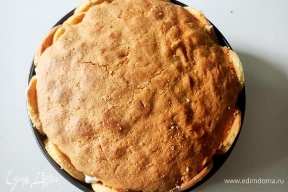 Верхнюю часть бисквита пропитать со стороны разреза и уложить сверху крема. Поставить форму в холодильник на 2–3 часа.