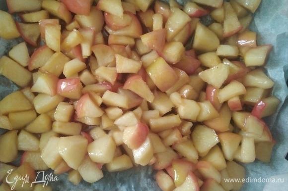 Для начинки нарезать крупные яблоки кубиком, посыпать сахаром и корицей. Готовить на масле 5 минут. Влить сок и дать ему выпариться. Переложить на пергамент и остудить. По желанию добавить орешки.