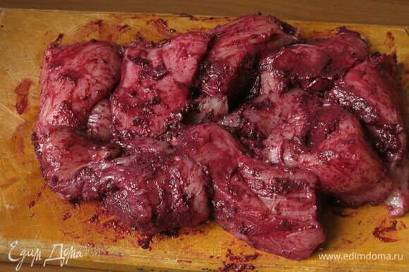 Смазываем грудку ткемали (рецепт: https://www.edimdoma.ru/retsepty/141559-tkemali-iz-sadovogo-terna).
