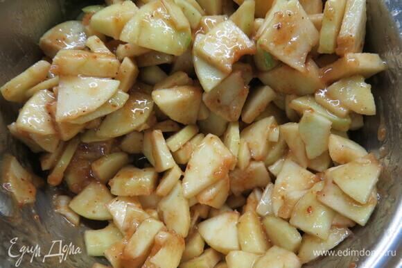Соединяем масляный крем с яблоками и перемешиваем.