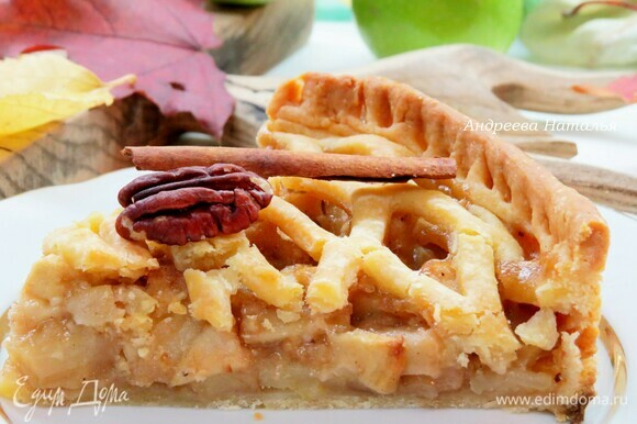 Выпекаем яблочный пай 40–45 минут или больше при 180–190°C в предварительно разогретой духовке. Готовый пирог по желанию посыпаем сахарной пудрой. Приятного аппетита!
