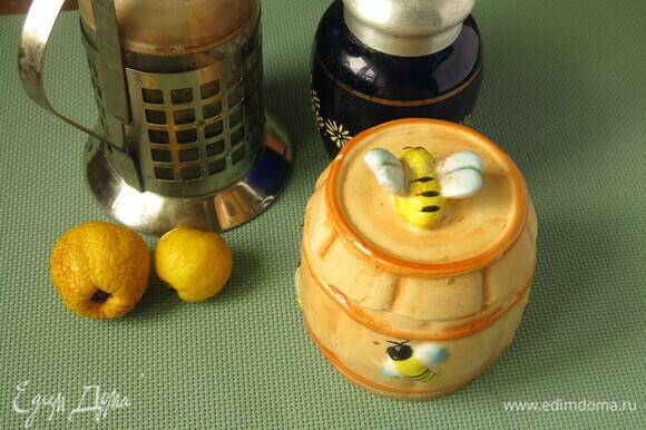 Подготовим плод хеномелеса, чай зеленый, воду и мед.