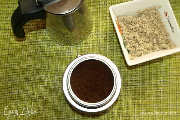 Приготовить крепкий кофе любым удобным для вас способом. Растворимый кофе использовать можно, но лучше приготовить из молотого.