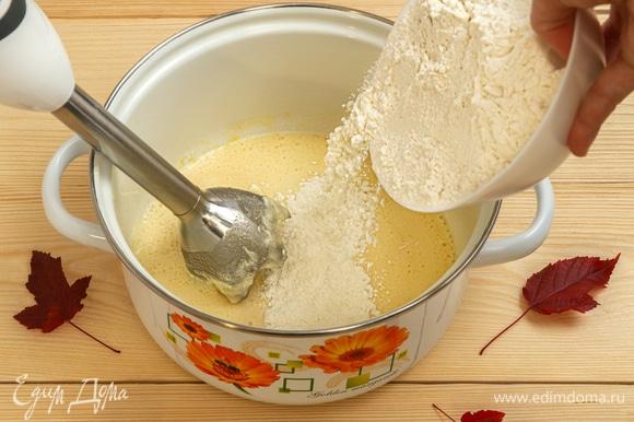 Постепенно в тесто добавьте просеянную муку с разрыхлителем, взбейте всю массу до однородной консистенции.