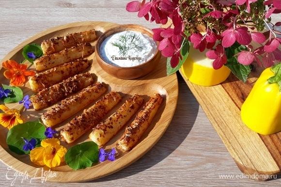 Теплые ломтики кабачков со вкусной корочкой окунайте в соус и наслаждайтесь!