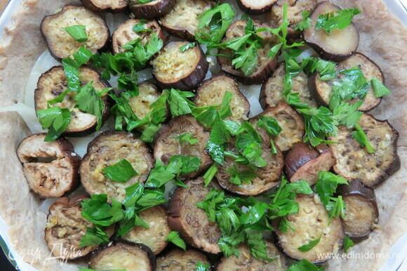 На подпеченную основу выложить сначала лук, потом слой баклажанов, сверху залить яичной смесью. Поставить пирог в духовку, выпекать 35–40 минут.